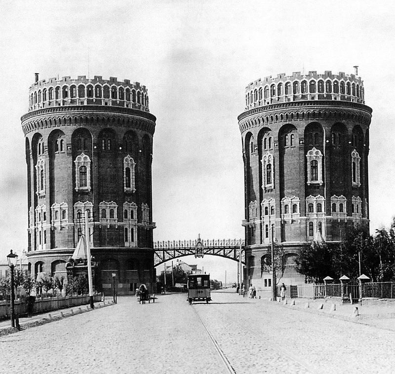 Водонапорные башни у Крестовской заставы (не сохранились). При Алексееве самотёчный Мытищинский водопровод приобрел насосные станции